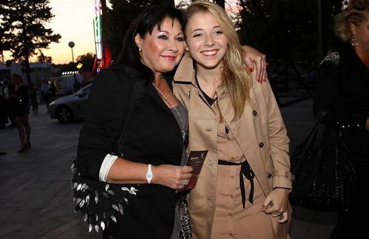 Dáda Patrasová s dcerou Aničkou na premiéře muzikálu Naháči.