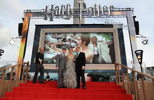 Představitelé na premiéře před obří obrazovkou.