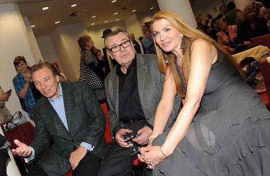 Formanová se svým mužem Milošem a zpěvákem Karlem Gottem