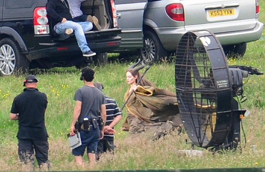 Jolie během natáčení v Buckinghamshire.