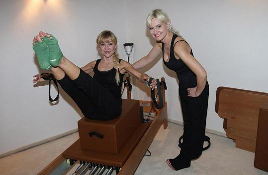 Ve stejném studiu cvičí také herečka Kateřina Herčíková.