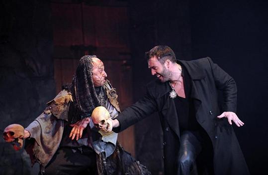 Hrobník s Hamletem.