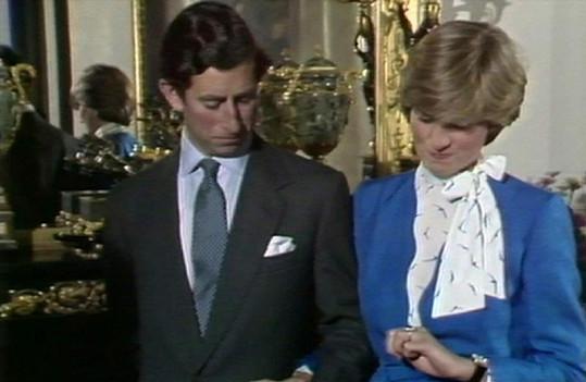 Diana si prohlíží zásnubní prsten.