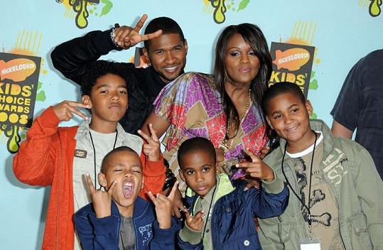 Usher s Tamekou, Kylem (dole uprostřed) a ostatními syny v roce 2008.