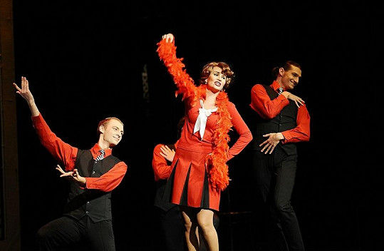 Monika Absolonová ve Funny Girl zpívá, tančí a hraje.