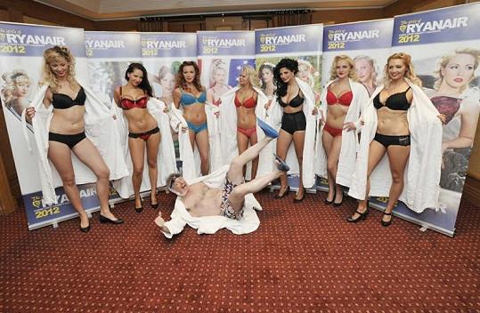 Dívky v hotelu Alexander pózovaly u svých fotografií.