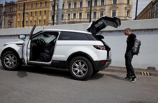 Kazma a jeho SUV.