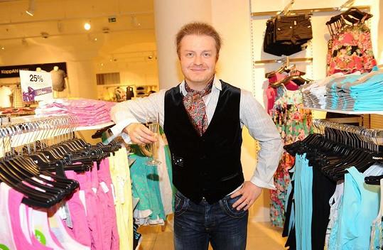 Houslista Šporcl vybíral oblečení pro děti.