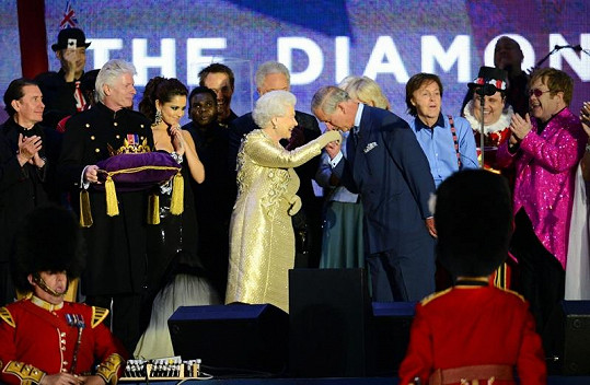 Princ Charles se svou matkou.