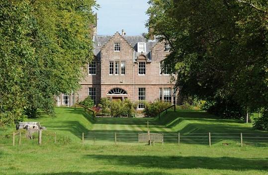 Luxusní zámek leží v Ayrshire ve Skotsku.