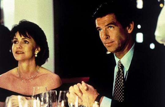 Sally a Pierce Brosnan na fotografii z filmu Táta v sukni.