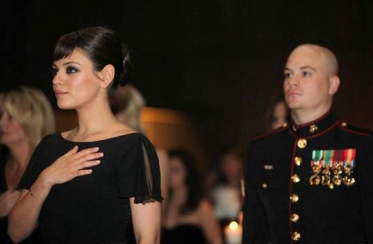 Mila Kunis na plese se seržantem Scottem Moorem.