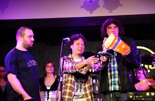 Nové album skupiny Popcorn Drama bylo stylově pokřtěno popcornem. Zleva: Ivan Tásler, Peter Aristone a Ladislav Vajdička.