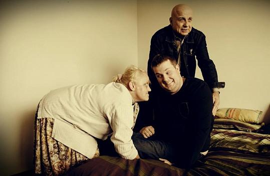 Ivan Mládek, Kalamity Jane a David Drahonínský při přesunu na postel.
