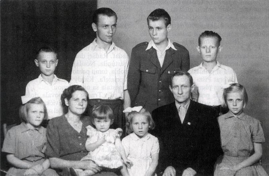 Eva (vpravo dole) se narodila do velmi početné rodiny.