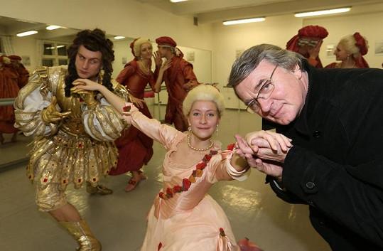 Že by na ženu v rukách Harapese žárlil tanečník vlevo?