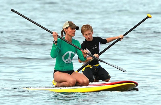 Helena Hunt pádluje na surfu.