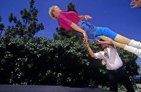 Odvážná žena se nebojí skoků a pádů.