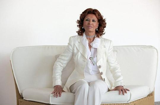 Živelná Italka v bílém kostýmku.