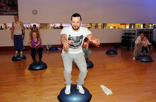 Ruda z Ostravy s kolegy na hodině bosu ve fitness centru na Novém Smíchově.