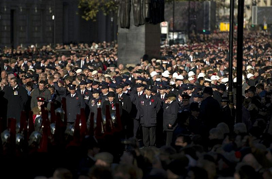 Vzpomínku na oběti I. světové války uctívají každoročně tisíce Britů.