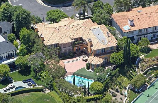 Letecký pohled na luxusní vilu Charlieho Sheena.