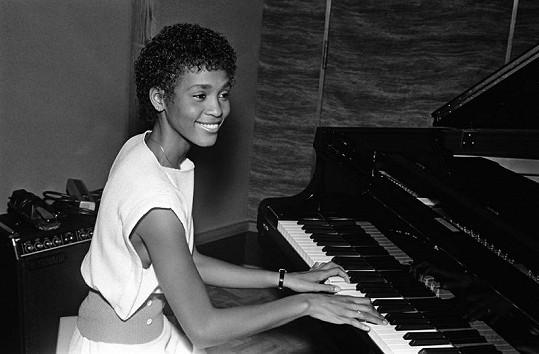 Whitney začínala zpívat ve sboru v kostele a učila se i na klavír.