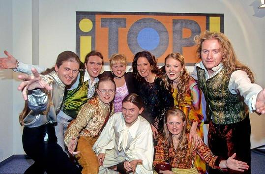 Maite (třetí zleva nahoře) v době největší slávy kapely Kelly Family