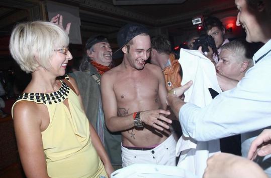 Sámer Issa ukázal i na oslavě své tělo