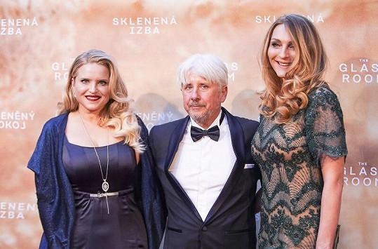 Markétu s Alenou (vlevo) na slavnostní premiéře přivítal producent Rudolf Biermann.