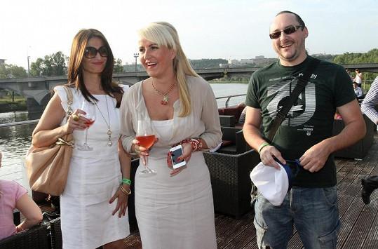 Vendula Svobodová s kamarádkou daly přednost růžovému vínu, Marián Vojtko se držel zpátky.