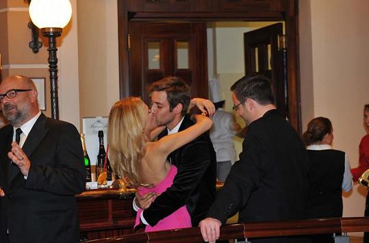 Janek Bartoška se na párty v hotelu Pupp líbal se svojí dívkou Zuzankou.