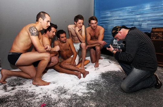 Mladí muži se při focení chovali jako profesionálové.