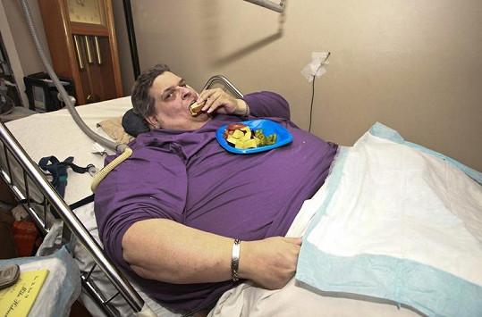 Američan dnes váží 266 kilo, je upoután na postel a stále jen jí.