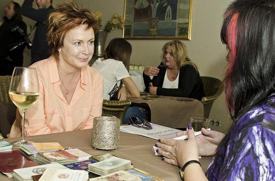 Ilona Svobodová pozorně naslouchá výkladu kartářky.