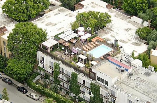 Oslava se konala na střeše hotelu Le Petite Ermitage.