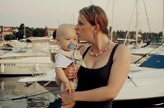 Malý Felix s maminkou v přístavu.