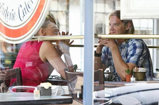 Sharon Stone na obědě s mladým mužem.