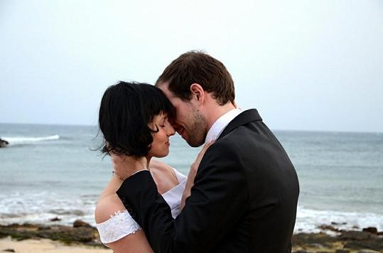 První manželské objetí na břehu moře. Jan Maxián se oženil na romantickém ostrůvku nedaleko Afriky.