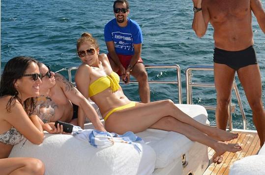 Jennifer Lopez trávila dovolenou na jachtě v Brazílii s Casperem a přáteli.
