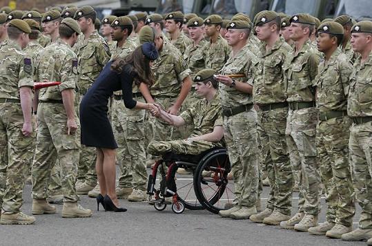 Kate s jedním z vojáků, kteří utrpěli během mise vážná zranění s trvalými následky.