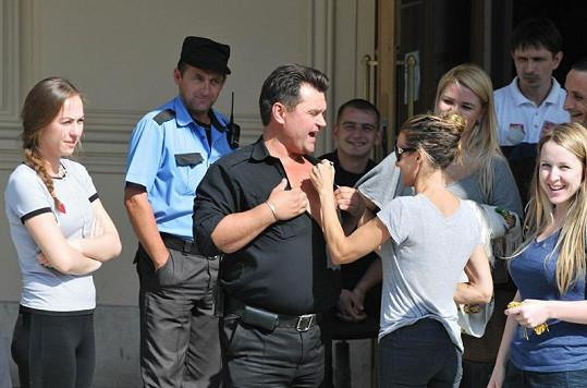 Sarah laškuje s fanoušky před Velkým divadlem v Moskvě.