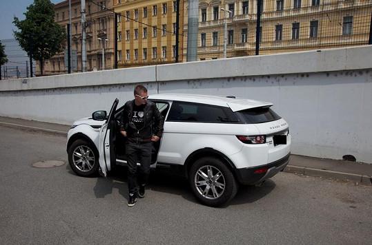 Moderátor Kazma za luxusní sporťák zaplatil půldruhého miliónu korun.