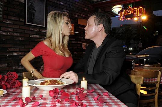 Manželé se nenudili ani u pojídání špaget.