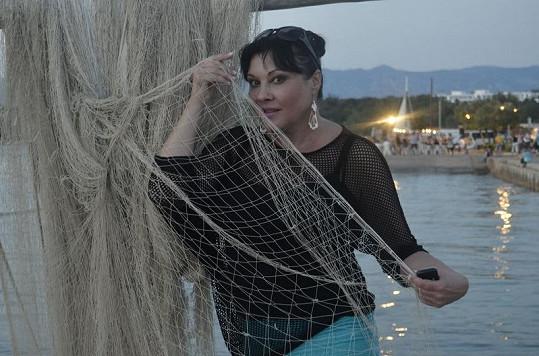 Dáda pózovla v síťovaném triku s rybářskou sítí.