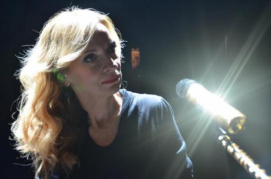 Ivana při natáčení klipu k písni Písek je čas.