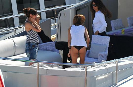 Elisabetta s kamarádkami na jachtě v Cannes.