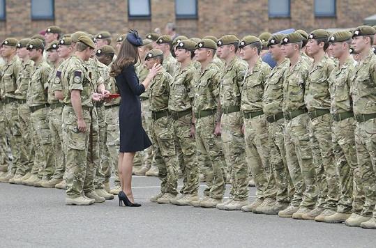 Vévodkyně Kate předávala medaile za zásluhy vojákům, kteří se vrátili z půlroční mise v Afghánistánu.