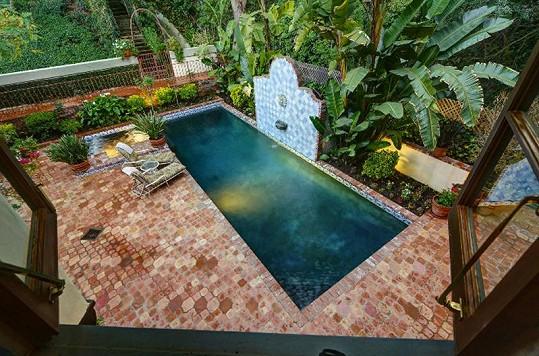 Nemovitost nabízí i vlastní bazén a vířivku.