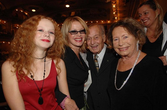 Anna Linhartová s maminkou, babičkou a dědou